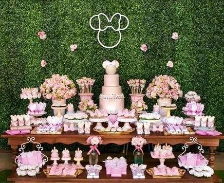 118 – Decoração da mesa do bolo feita com painel de folhas artificiais. Fonte: Ficar Grávida