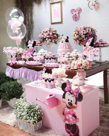 17 – Mesa do bolo com decoração de festa infantil da Minnie. Fonte: Pinterest