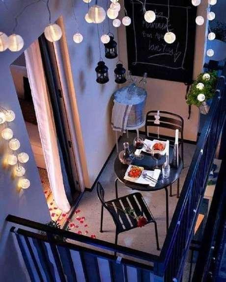 48. Decoração simples e romântica com cadeiras para área externa, móveis para varanda: Projeto Hestia
