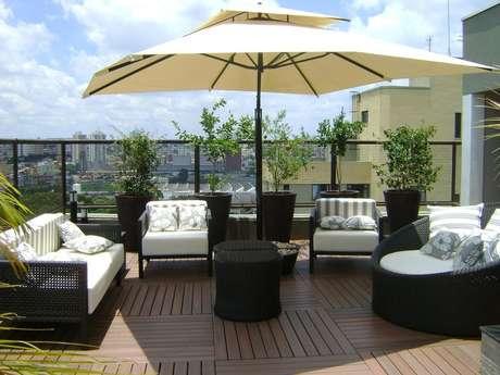 50. Modelo de móveis para área externa com piso de madeira, lindos móveis para varanda – Foto: MC3 Arquitetura