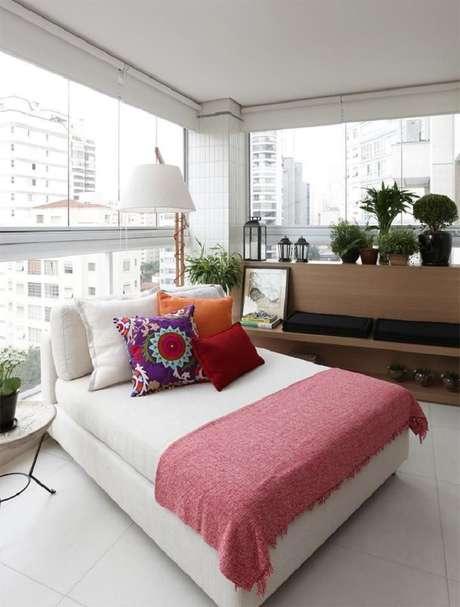 51. Os móveis para varanda podem ser bem confortáveis se o seu desejo é transformar esse ambiente em um espaço para descanso – Foto: Duda Senna