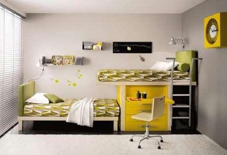 39. O beliche com escrivaninha retrátil é excelente para quartos pequenos