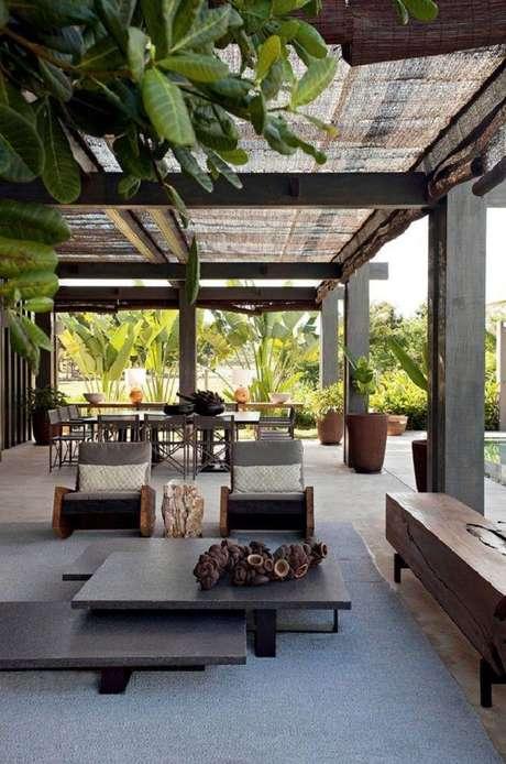 55. Decoração com móveis para área externa ampla e moderna. Decore com móveis para varanda – Foto: Trendecora