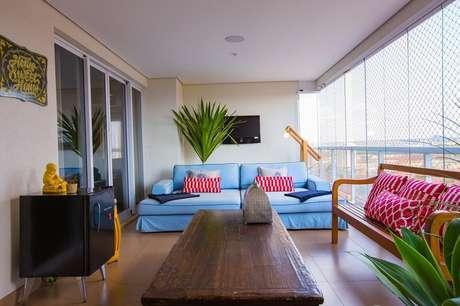 56. Móveis para varanda com decoração simples e mesa de madeira para sacada – Foto: Paula Russo