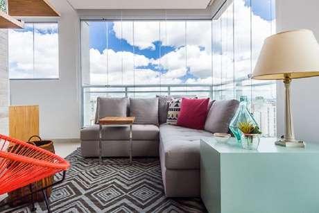 58. Decoração com móveis para varanda com sofá de canto cinza e mesa azul Tiffany – Foto: Duda Senna