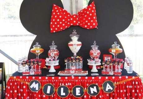 69 – Para decoração de festa da Minnie vermelha utilize painel em formato do rosto da personagem. Fonte: Mil Dicas de Mãe