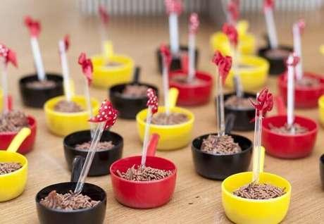 48 – Panelinhas de brigadeiro nas cores do tema da festa da Minnie. Fonte: Bebê Abril