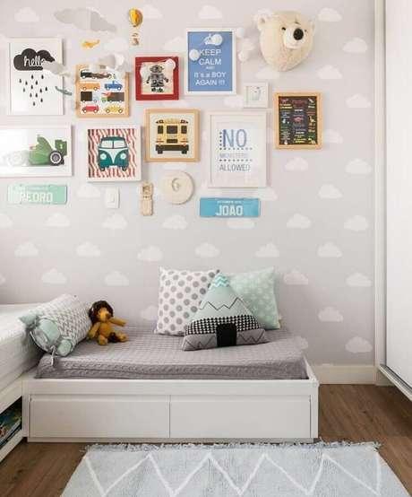 23. Invista em um papel de parece cinza para quarto de bebê que possui um desenho delicado e lúdico – Foto: Casa 2 Arquitetos