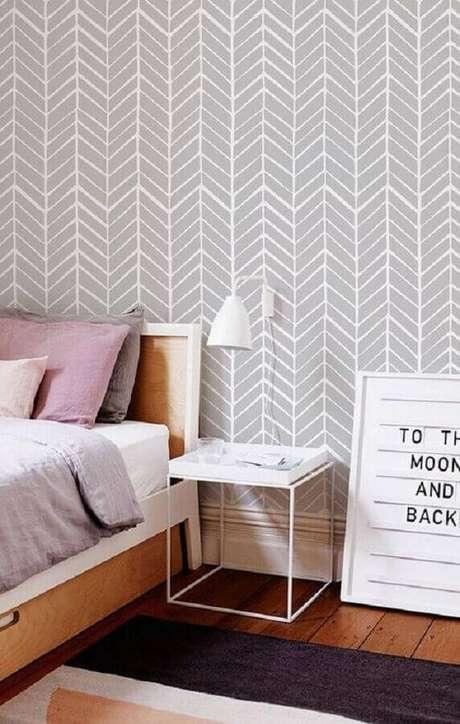 24. Quarto decorado com cama de madeira e papel de parede cinza claro – Foto: Etsy