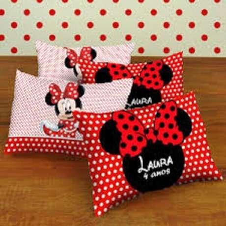 96 – Para lembrancinhas aposte em almofadas personalizadas com o tema da Minnie. Fonte: Pinterest
