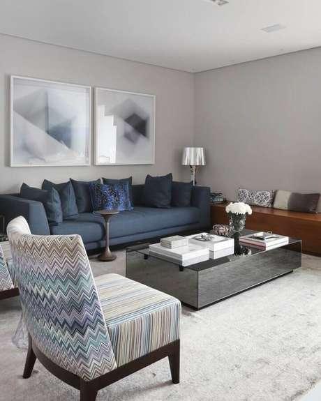 28. Sala com parede cinza claro e quadros grandes – Foto: Simone Saccab