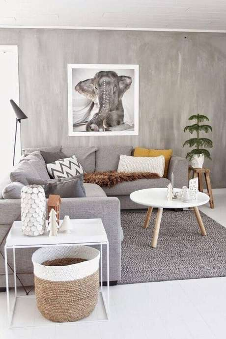 29. Decoração estilo escandinavo para sala com parede cinza e mesa lateral minimalista – Foto: We Heart It