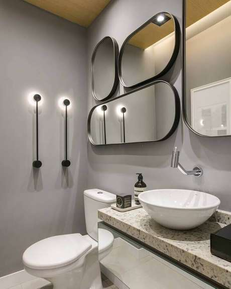 33. Banheiro moderno decorado com parede cinza e vários espelhos – Foto: Thaisa Bohrer