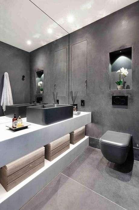34. Decoração para banheiro planejado com tinta cinza parede e espelho grande – Foto: Architecture Art Designs