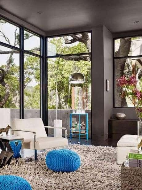 35. Parece cinza para casa com grandes portas de vidro – Foto: ArchDaily