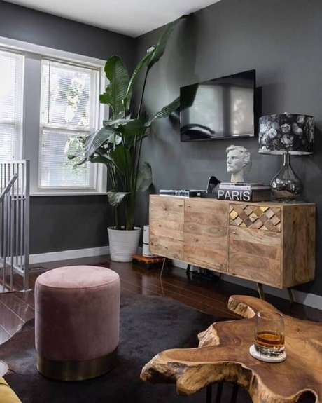 36. Decoração simples com tinta cinza parede e móveis de madeira rústica – Foto: Behance