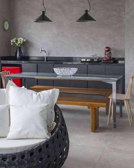 37. Cozinha pequena planejada decorada com parede cinza – Foto: In House Designers