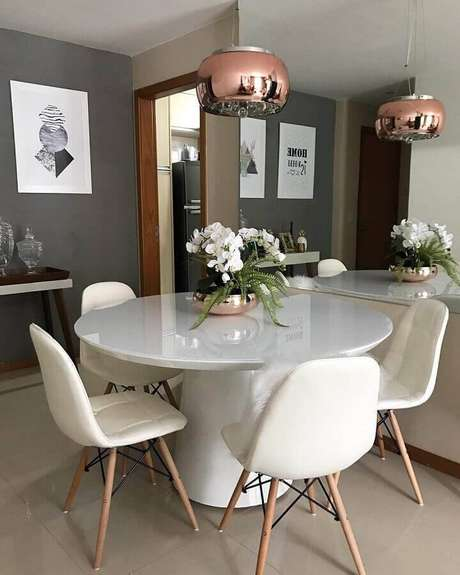 38. Decoração para sala de jantar moderna com parede cinza e mesa redonda branca – Foto: Karina Avelino