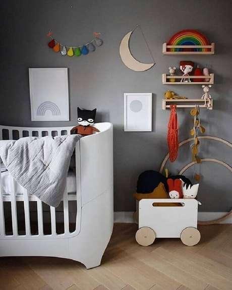 39. A tinta cinza parede também pode ser usada para decorar o quarto de bebê – Foto: OOH NOO
