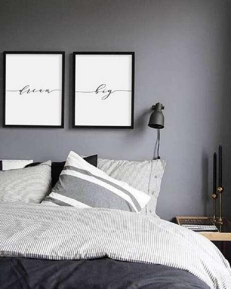 44. Parece cinza quarto com decoração minimalista e quadros na cabeceira – Foto: Etsy