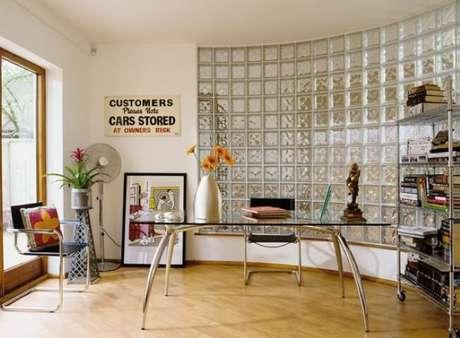 1. Um ambiente bem claro graças à parede de tijolo de vidro e à porta do mesmo material