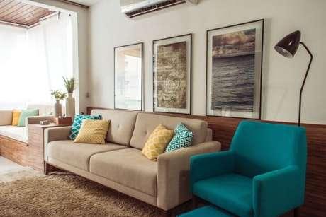 36. Poltrona azul Tiffany combinando com as almofadas. Projeto de Ana Carolina Campos França