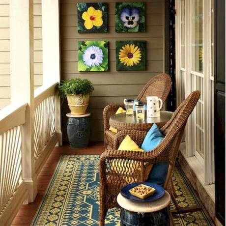 62. Decoração simples com estilo retrô com poltrona para varanda pequena decorada com tapete e quadros, lindos móveis para varanda – Foto: DecoRelated
