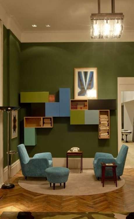 40. Poltronas azul Tiffany em sala colorida. Projeto de AMC Arquitetura