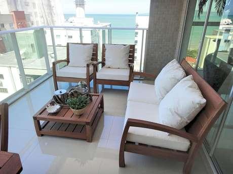 63. Poltronas e mesa para sacada com decoração clássica com móveis para varanda – Foto: Gabriela Herde
