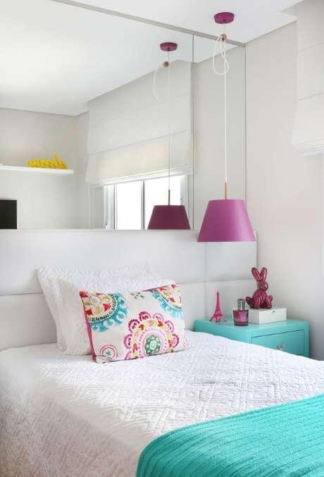 10. Todas essas cores e o azul Tiffany deixam o quarto com um visual bem jovial. Projeto de Karen Pisaca