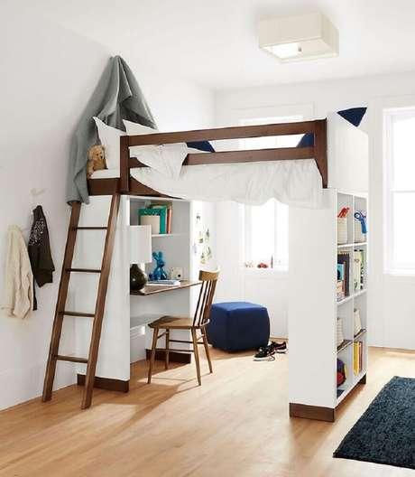 15. Decoração de quarto estilo escandinavo com beliche com escrivaninha embaixo.