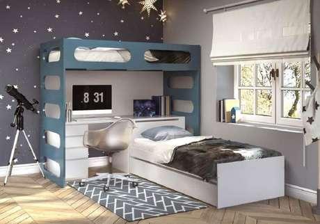 25. O quarto ficou lindo decorado com os adesivos de estrelas e a cadeira metálica
