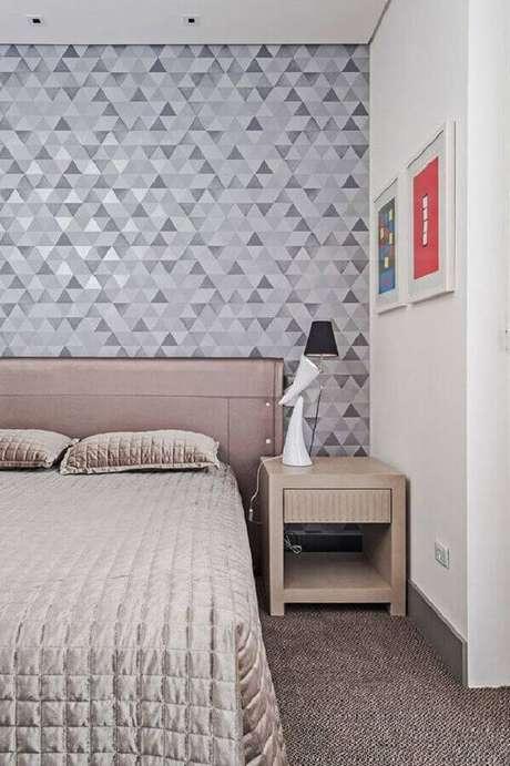 46. Papel de parede cinza com estampa geométrica para decoração de quarto de casal com cores neutras – Foto: Pinterest