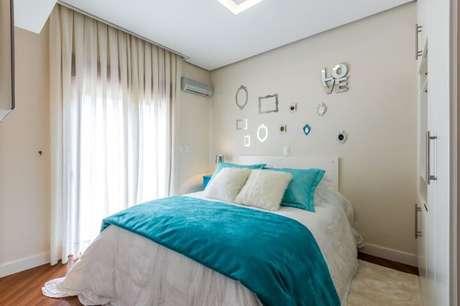 30. O lado bom de usar roupas de cama coloridas, como a azul Tiffany, é que isso possibilita mudar a decoração do quarto frequentemente. Projeto de By Arquitetura