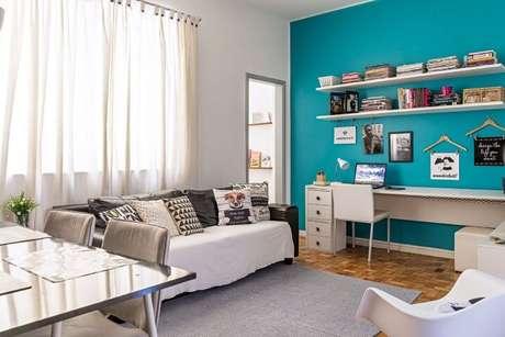 9. A sala de estar também se beneficia do uso desse tom vibrante de azul Tiffany. Projeto de Ana Carolina Campos França