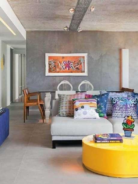 48. Sala grande decorada com parede cinza claro e detalhes coloridos – Foto: Jeito de Casa