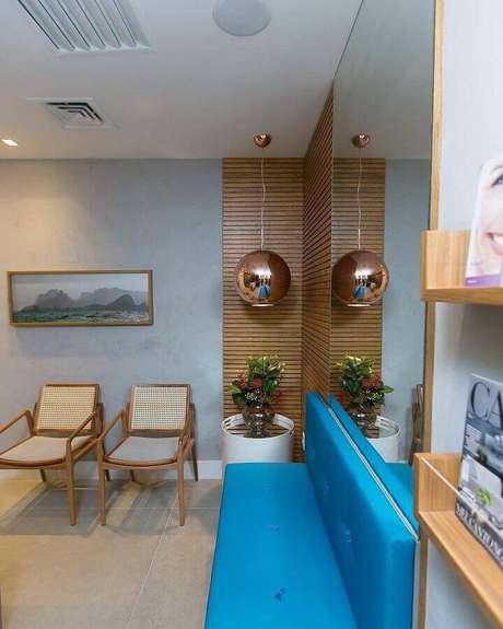 49. Parede cinza claro para sala decorada com sofá azul e detalhe com revestimento de madeira para parede – Foto: Renata Zanatta Arquitetura