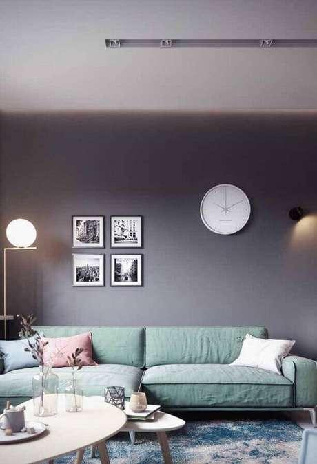 50. Sala com parede cinza e sofá verde claro – Foto: Maurício Gebara Arquitetura