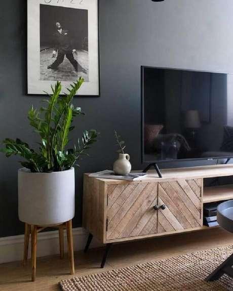 51. Sala com parede cinza escuro decorada com rack de madeira – Foto: Architecture Art Designs