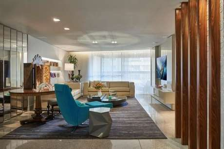 41. Sala de estar com poltrona azul Tiffany. Projeto de Gislene Lopes