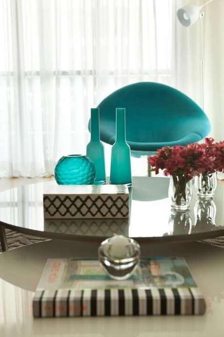 11. Aqui, vemos como o azul Tiffany pode estar em móveis e também em detalhes da decoração. Projeto de Liliana Zenaro