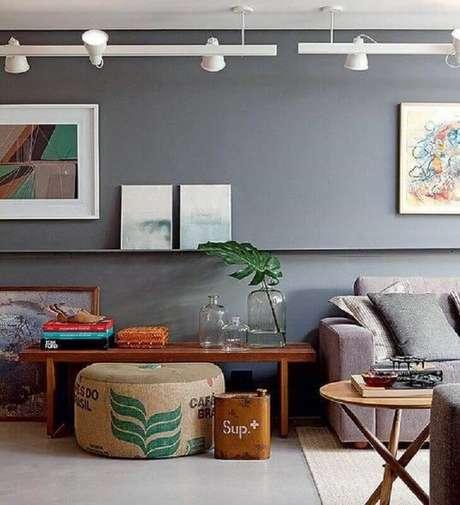 56. Sala decorada com parede cinza e trilho de luz branco – Foto: Arquitrecos