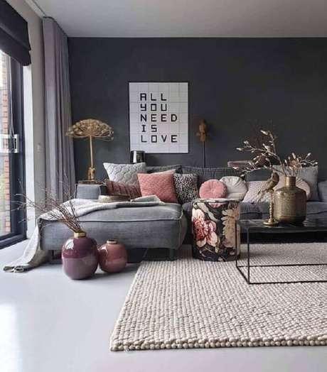 59. Sala com parede cinza decorada com várias almofadas e sofá confortável – Foto: SooPush