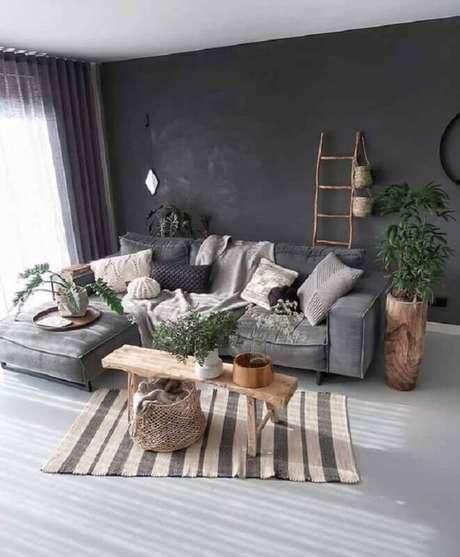 60. Decoração simples para sala com parede cinza escura – Foto: Pinosy