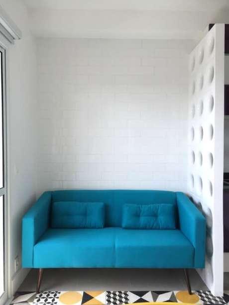 52. Sofá azul Tiffany em sala pequena. Projeto de Stephanie Esposito
