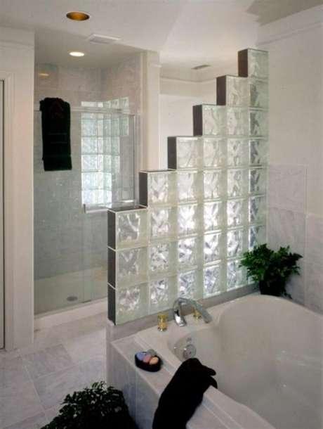 72. O tijolo de vidro pode criar efeitos incríveis. Foto: Ordem Portugal