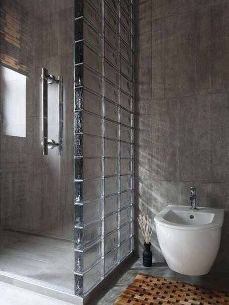 71. Paredes altas de tijolo de vidro são lindas. Foto: Decor Fácil