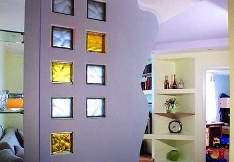 8. Meia parede com tijolo de vidro colorido