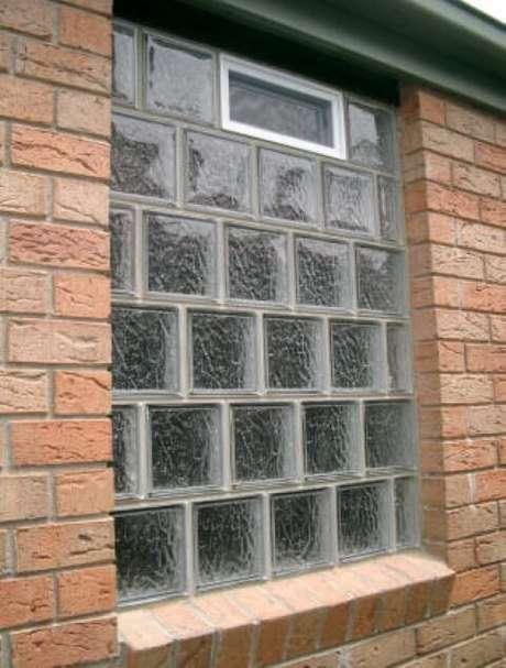 43. Muro com tijolo de vidro comum.