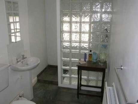 18. Box de tijolo de vidro em banheiro simples